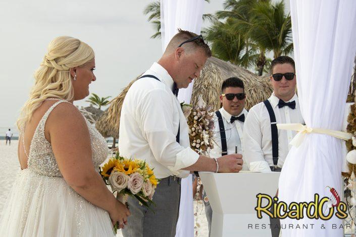 couple beach wedding in aruba